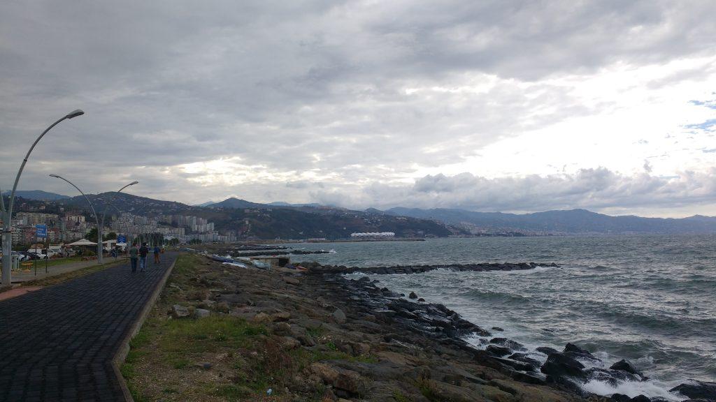 Bord de mer mignon sous les nuages et bordé par deux voies rapides...