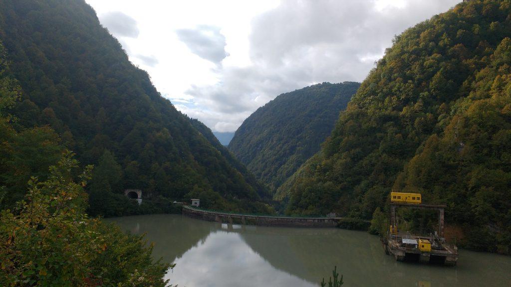 Lac de barrage et début des gorges