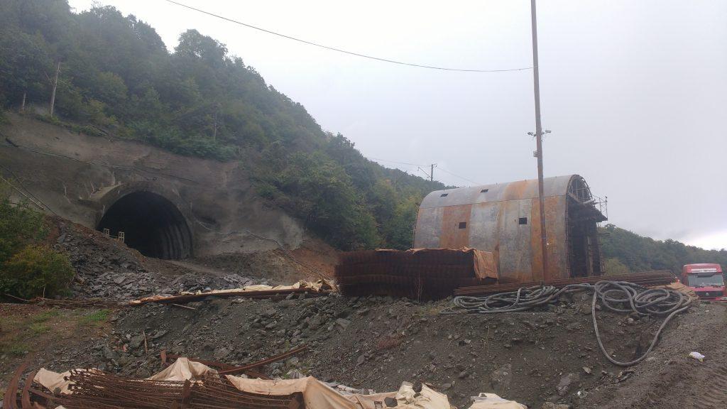 Des ouvriers chinois travaillent à creuser un long tunnel qui évitera les dizaines de km de détour