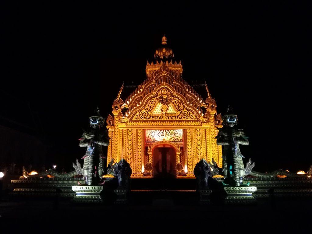 Pas très rassurant le temple de nuit
