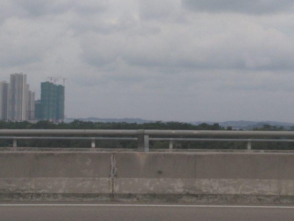 Premier aperçu de Singapour (les bâtiments à l'horizon !)